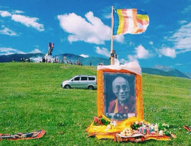 Offerings are placed below a portrait of His Holiness the Dalai Lama in Sichuan province's Tawu county, July 6, 2014. (RFA Photo)