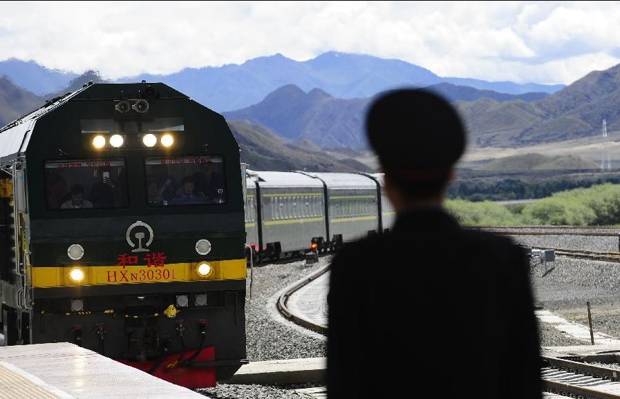The first passenger train from Lhasa to Shigatse arrives in Shigatse Railway Station.