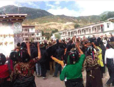 Tibetans shouting slogans at the protest in Loshu township in Sershul county in Sichuan province's Kardze prefecture, Aug 12, 2014. (Photo courtesy RFA)