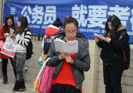 Candidates planning to take the civil service exam, cram at the last minute April 25. ( Photo courtesy /CNS)