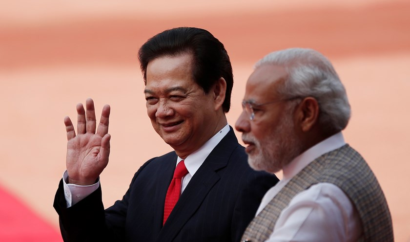 Vietnam's Prime Minister Nguyen Tan Dung (L) waves next to his Indian counterpart Narendra Modi during Dung's ceremonial reception at the forecourt of India's presidential palace Rashtrapati Bhavan in New Delhi October 28, 2014. (Photo courtesy : Reuters)
