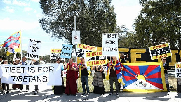 Tibetan protestors out the front of Parliament House. (Photo courtesy: Alex Ellinghausen)