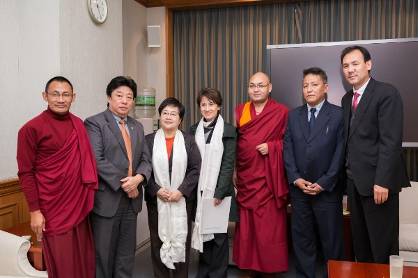 The Tibetan Parliamentary delegation led by Deputy Speaker Khenpo Sonam Tenphel with the two Taiwanese parliamentarians Ms. bi-Khim Hsiao and Ms. Chen Jie Ru. (Photo courtesy: tibet.net)