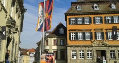 Tibet flag flew over hundreds of local gov't buildings in Germany on Mar 10 (Photo courtesy: www.tibet-initiative.de)