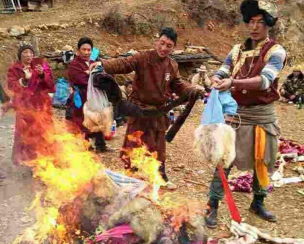 Tibetans burn wild animal skins, Yunnan, China, Feb. 27, 2015 (Photo courtesy: RFA)