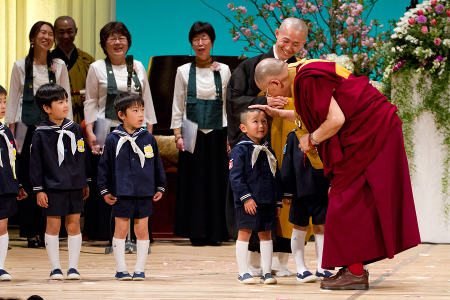 His Holiness the Dalai Lama thanking the youngsters for their performance before his talk as part of the 40th Anniversary of All Japan Young Priest Association in Gifu, Japan on April 8, 2015. (Photo courtesy/Tenzin Jigmey/OHHDL)