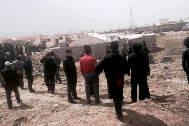 Police gather in Benshul Jeyna village, May 5, 2015. (Photo courtesy: RFA)