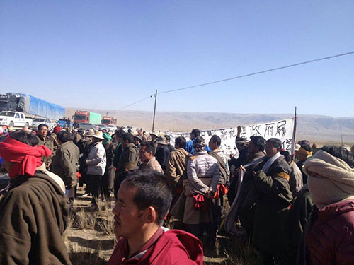 Tibetans protesting the proposed highway project on Tibetan grazing lands in Sangchu County, incorporated into Gansu province of China. (Photo courtesy: tibet.net)