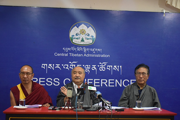 Mr. Sonam Choephel Shosur, the chief Election Commissioner accompanied by Additional Election Commissioners Ven. Geshe Tenpa Tashi and Mr. Tenzin Choephel at the press conference, 10 June 2015. (Photo courtesy: tibet.net)