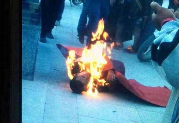 Tibetan monk burns in protest in Kyegudo, Qinghai, July 9, 2015. (Photo courtesy: RFA)