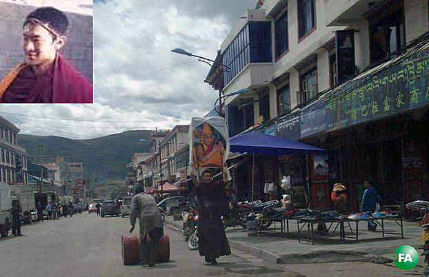 Tibetan monk Jampal Gyatso holds a photo of the Dalai Lama during a solo protest in Ngaba town, Sichuan province, Sept. 9, 2015. (Photo courtesy: RFA)