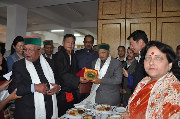 Speaker of Tibetan Parliament Mr. Penpa Tsering offering a memento to the Hon. Chief Minister Sri. Virbhadra Singh. (Photo courtesy: tibet.net)