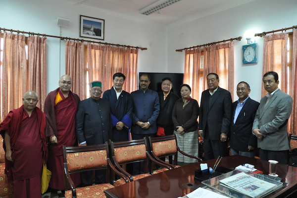 The Hon. Speaker of Himachal Pradesh Legislative Assembly Sri. Brij Bihari lal Butailji with the Speaker of Tibetan Parliament Mr. Penpa Tsering, Deputy Speaker Khenpo Sonam Tenphel, Members of Standing Committee, Sikyong Dr. Lobsang Sangay and Kalons of CTA. (Photo courtesy: tibet.net)