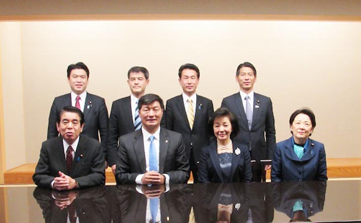 A group photo of Sikyong with the Japanese parliamentarians. (Photo courtesy: tibet.net)
