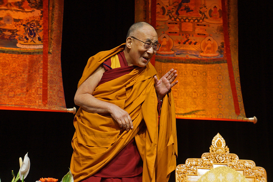 His Holiness the Dalai Lama greeting the audience as he arrives on stage at the Convention Center in Minneapolis, Minnesota, USA on February 21, 2016. (Photo courtesy/Jeremy Russell/OHHDL)
