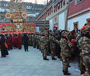 Chinese police monitor worshipers at a Tibetan religious festival, Feb. 22, 2016. (Photo courtesy: RFA)
