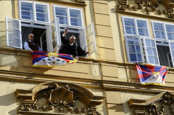 Lawmakers from the Czech conservative opposition TOP 09 and former foreign minister Karel Schwarzenberg (left) hang Tibetan national flags from the windows of the Chamber of Deputies to oppose Chinese President Xi Jingping's maiden visit to Czech Republic, March 29, 2016 (Photo courtesy: ČTK Burian Michal)