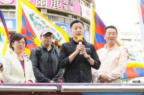 New Power Party Legislator Freddy Lim, second right, speaks in Taipei as three Democratic Progressive Party legislators look on at a rally to promote Tibetan rights. (Photo courtesy: Chen Yu-fu, Taipei Times)