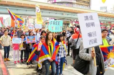People march along Zhongxiao E Road in Taipei to promote Tibetan rights on Mar 06, 2016. (Photo courtesy: Chen Yu-fu, Taipei Times)