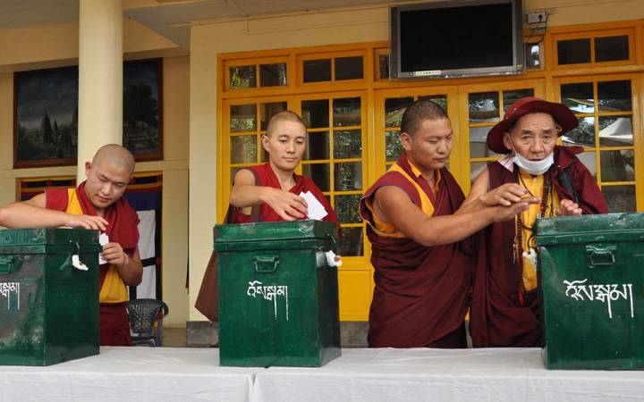 Tibetans living-in-exile cast their vote for the 16th Tibetan Parliamentary preliminary election at a polling station in Dharamsala, India, 18 October 2015. (Photo courtesy: globalnews.ca)