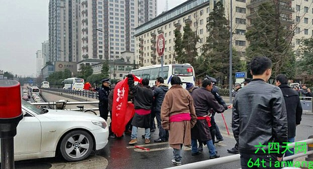 Tibetans petition in southwest China's Chengdu for the return of land seized by local government, Jan. 28, 2015. (Photo courtesy: RFA)