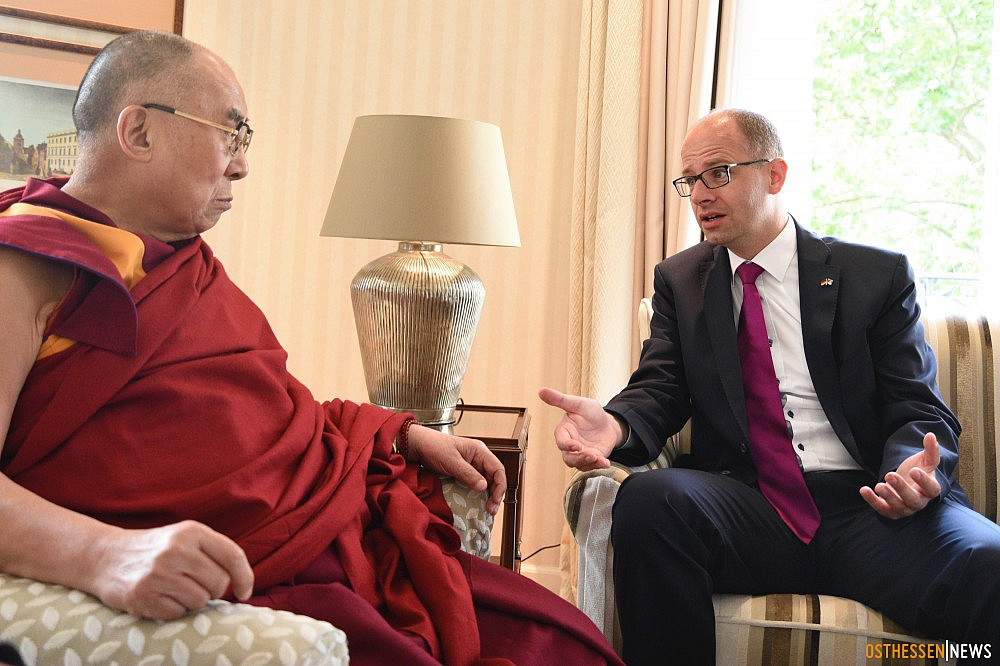 Michael Brand, Chairman of the Human Rights Committee of the Bundestag with the Dalai Lama. (Photo courtesy: osthessen news)