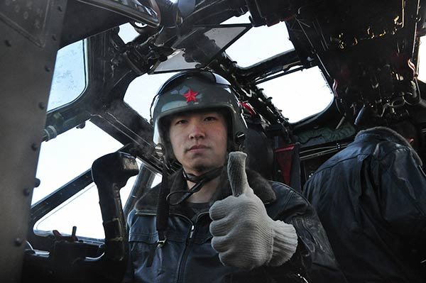 A pilot gives a thumbsup for takeoff at the Harbin Flight Academy of the PLA Air Force. (Photo courtesy: China Daily)