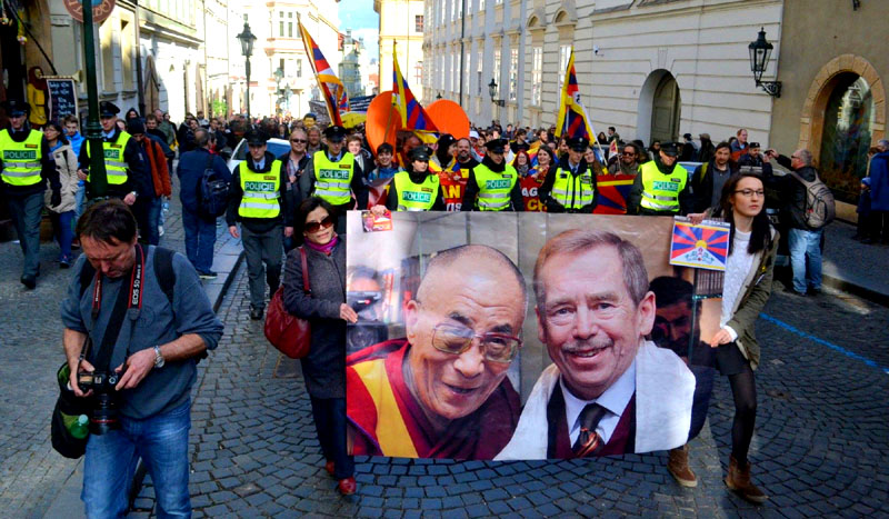 Hundreds of Czech Tibet supporters protest against Xi Jinping's visit to Prague in Mar 2016.
