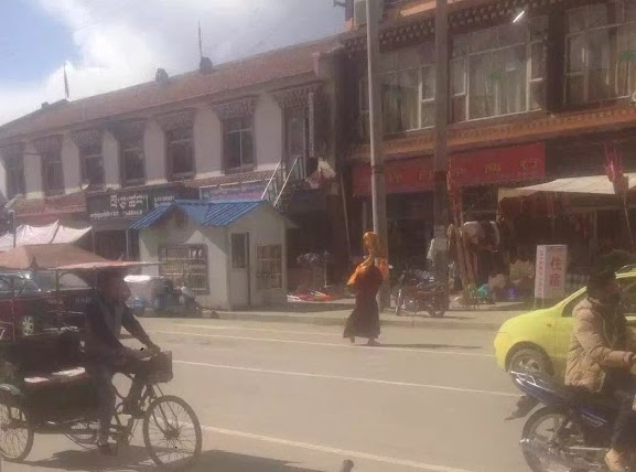 Losang Tsering staging a solo protest in the main streets of Ngaba town today, 7 June 2016. (Photo courtesy: tibet.net)