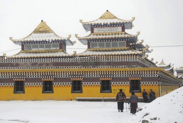 Tibetan pilgrims are shown outside Ngaba's Kirti monastery in a file photo. (Photo courtesy: RFA)