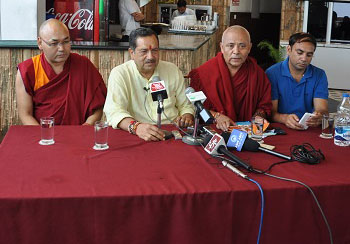 Senior RSS functionary Shri Indresh Kumar (centre) with Speaker Khenpo Sonam Tenphel (right) and Deputy Speaker Acharya Yeshi Phuntsok (left) of the Tibetan Parliament on 20 August 2016. (Photo courtesy: tibet.net)