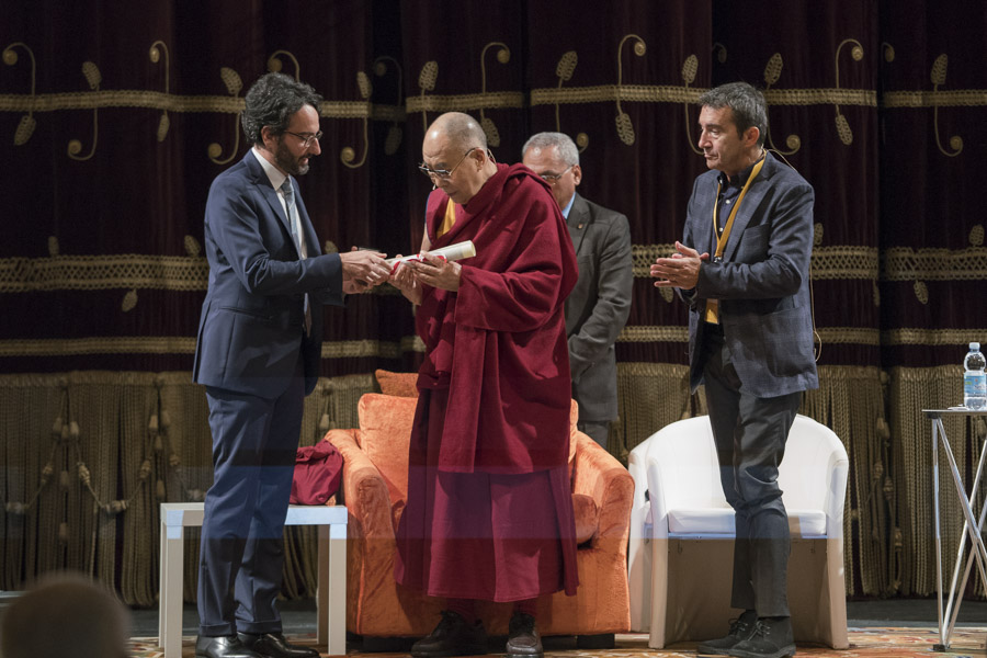 Mr Lamberto Bertole, Chairman of the Council of Milan presenting His Holiness the Dalai Lama with the Milan Honorary Citizenship award at the Arcimboldi Theatre in Milan, Italy on October 20, 2016. )(Photo courtesy/Tenzin Choejor/OHHDL)