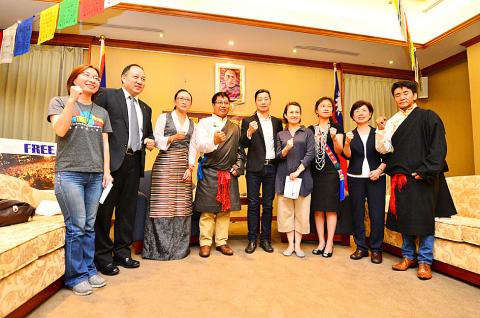 New Power Party Legislator Freddy Lim, center, and members of the Taiwan Parliamentary Group for Tibet celebrate the group's establishment in Taipei yesterday.Oct 08, 2016.  (Photo courtesy: Wang I-sung, Taipei Times)