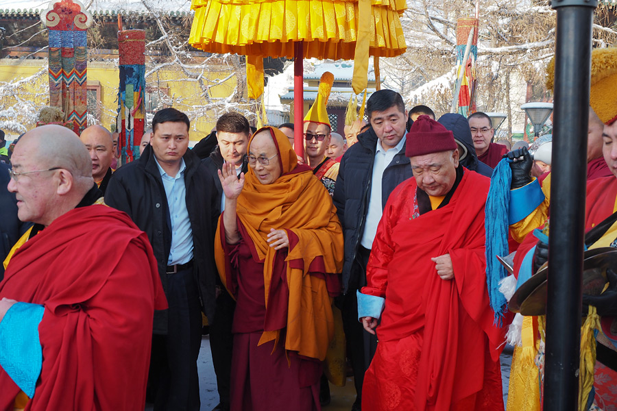 His Holiness the Dalai Lama walking to Gandan Assembly Hall at Gandan Tegchenling Monastery in Ulannbaatar, Mongolia on November 19, 2016. (Photo/Tenzin Taklha/OHHDL)