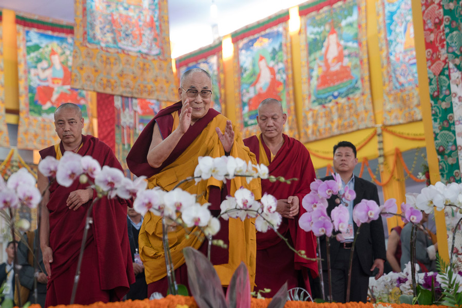 His Holiness the Dalai Lama waving to the crowd at the conclusion of preparation of students for the Kalachakra Empowerment in Bodhgaya, Bihar, India on January 10, 2017. (Photo courtesy/Tenzin Choejor/OHHDL)