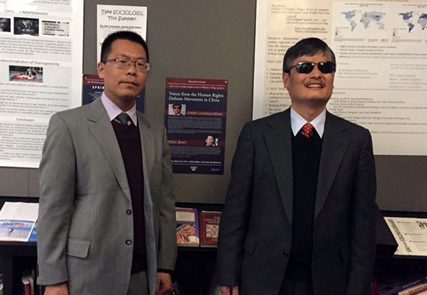 Chinese human rights activists Teng Biao (L) and Chen Guangcheng are shown at Wellesley College, Massachusetts, March 2015. (Photo courtesy: RFA)