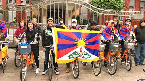 Tibetan rights advocates hold up a Tibetan flag outside the Legislative Yuan building in Taipei. (Photo courtesy: taipeitimes.com)