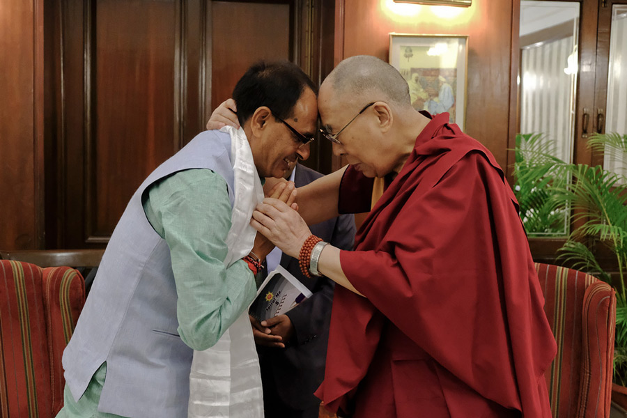 His Holiness the Dalai Lama and Madhya Pradesh Chief Minister Shivraj Singh Chouhan in Bhopal, Madhya Pradesh, India on March 19, 2017. (Photo courtesy: Chemey Tenzin/OHHDL)