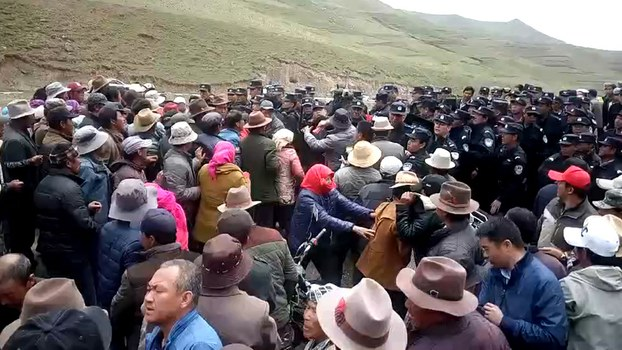 Tibetan villagers clash with police in Qinghai's Bayen (Hualong) Hui Autonomous county, June 1, 2017. (Photo courtesy: RFA)