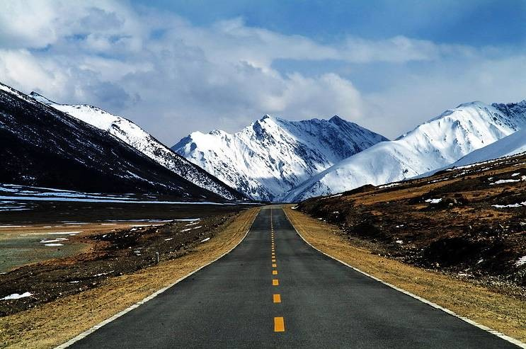 China opened on Aug 1 an expressway connecting two counties in Qinghai Province. (Photo courtesy: Xinhua)