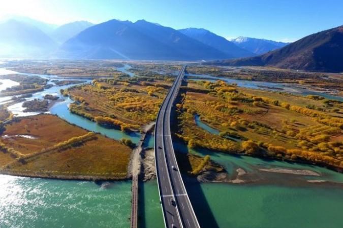 Lhasa-Nyingchi expressway. (Photo courtesy: ibtimes)