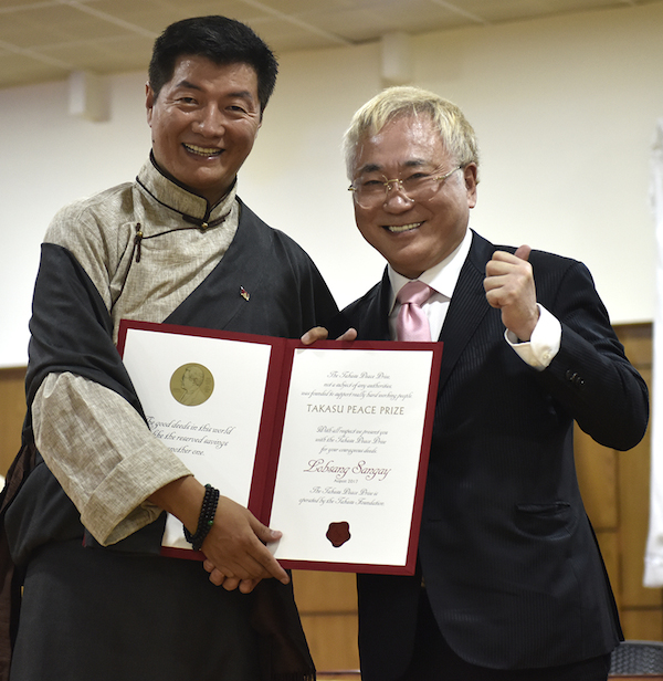 The Takasu Award was presented by Dr Katsuya Takasu of the Takasu Foundation to Sikyong Lobsang Sangay at a ceremony at the secretariat of the CTA. (Photo courtesy: tibet.net)