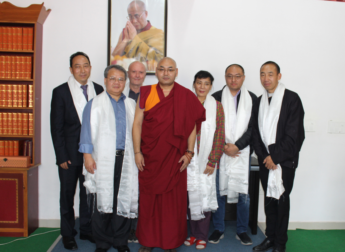 Speaker Khenpo Sonam Tenphel with Chinese supporters. (Photo courtesy; tibet.net)