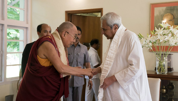 The Dalai Lama and Odisha Chief Minister Naveen Patnaik exchanging greetings at the Chief Minister's residence in Bhubaneswar, Odisha, India on November 20, 2017. (Photo courtesy: Tenzin Choejor/OHHDL)