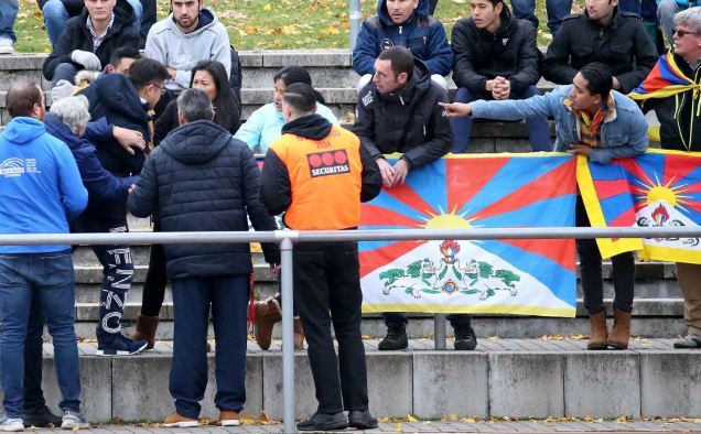 A Chinese spectator attempts to tear away a Tibetian flag which was raised by others in protest of China's politics regarding Tibet at the friendly match between TSV Schott Mainz and China's U20 team at the regional sports facility in Mainz, Germany (Photo courtesy: DPA)