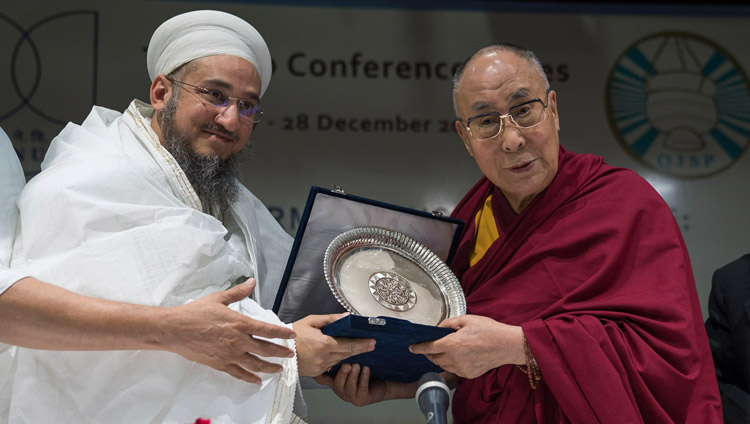 Syedna Taher Fakhruddin Saheb presenting the Syedna Qutbuddin Harmony Prize to His Holiness the Dalai Lama during the inter-religious conference at Jawaharlal Nehru University in New Delhi, India on December 28, 2017. (Photo courtesy: Tenzin Choejor/OHHDL)