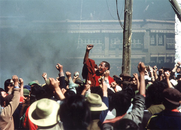 Tibetan monk Jampa Tenzin and protesters in Tibet capital Lhasa, 1987 (credit: John Ackerly)
