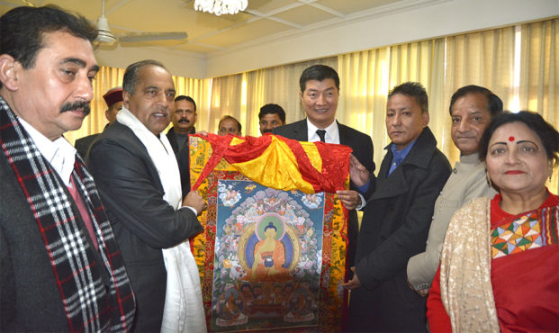 President Dr Lobsang Sangay and Finance Kalon Karma Yeshi offering a Tibetan thangka to Shri Jairam Thakur, new chief minister of Himachal Pradesh at the Circuit House in Dharamshala. (Photo courtesy: Tenzin Phende/DIIR)