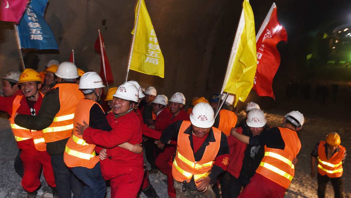 Workers celebrate the completion of the Sangzhuling tunnel in Shannan, Tibet autonomous region, Nov 17, 2017. (Photo courtesy: Xinhua)