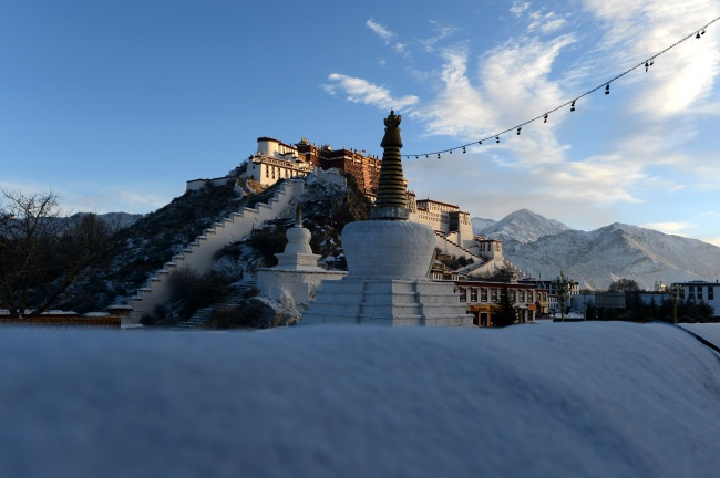 Snow scenery of Potala Palace in Lhasa, Tibet. (Photo courtesy: China Daily)